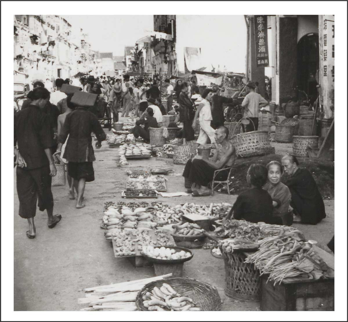 Samsui women and vegetable-sellers at a street market in Chinatown, 1950s<br>Source: The Straits Times © Singapore Press Holdings Limited. Reprinted with permission.